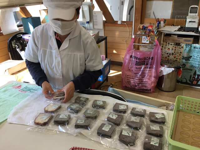 パウンドケーキ 袋詰め作業